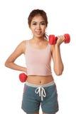 Allenamento sano asiatico della ragazza con la testa di legno Immagini Stock Libere da Diritti