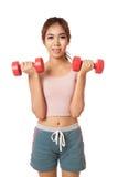 Allenamento sano asiatico della ragazza con la testa di legno Immagine Stock Libera da Diritti