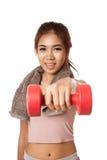 Allenamento sano asiatico della ragazza con la testa di legno Fotografia Stock