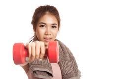 Allenamento sano asiatico della ragazza con la testa di legno Fotografie Stock Libere da Diritti