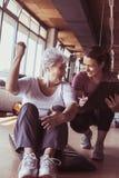 Allenamento senior della donna nel centro di riabilitazione Fotografie Stock Libere da Diritti