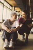 Allenamento senior della donna nel centro di riabilitazione Immagini Stock Libere da Diritti