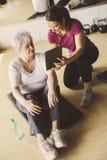 Allenamento senior della donna nel centro di riabilitazione Immagini Stock