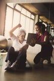 Allenamento senior della donna nel centro di riabilitazione Fotografia Stock