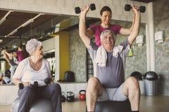 Allenamento senior della gente nel centro di riabilitazione Immagini Stock