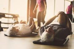 Allenamento senior delle coppie nel centro di riabilitazione Fotografia Stock Libera da Diritti
