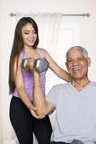 Allenamento senior di forma fisica con l'istruttore Fotografie Stock