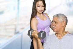 Allenamento senior di forma fisica con l'istruttore Fotografia Stock