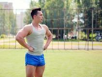 Allenamento, sport della via, preparantesi - concetto Posizione bella dell'uomo Immagine Stock
