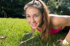 Allenamento sportivo della ragazza della giovane donna sveglia all'aperto Immagine Stock Libera da Diritti