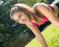 Allenamento sportivo della ragazza della giovane donna sveglia all'aperto Fotografia Stock