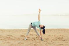 Allenamento sportivo della ragazza sulla spiaggia di sabbia Immagini Stock Libere da Diritti