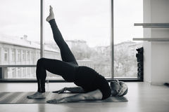 Allenamento in studio, vista panoramica degli uomini di yoga della città a fondo Fotografia Stock Libera da Diritti