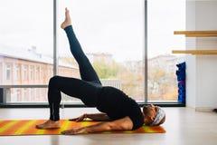 Allenamento in studio, vista panoramica degli uomini di yoga della città a fondo Immagini Stock Libere da Diritti