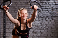 Allenamento sugli anelli del crossfit Allenamento della donna di forma fisica sul TRX nella palestra Immagine Stock