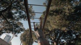 Allenamento sulla barra di scimmia nel parco video d archivio