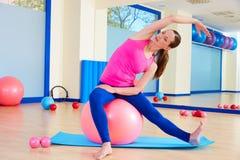 Allenamento svizzero di esercizio della palla del fitball della donna di Pilates Immagine Stock