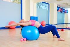 Allenamento svizzero di esercizio della palla del fitball della donna di Pilates Fotografie Stock Libere da Diritti
