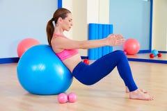 Allenamento svizzero di esercizio della palla del fitball della donna di Pilates Immagini Stock