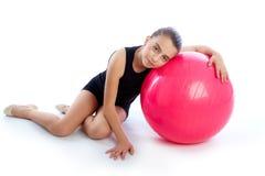 Allenamento svizzero di esercizio della ragazza del bambino della palla del fitball di forma fisica Fotografia Stock Libera da Diritti