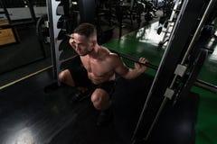 Allenamento tozzo del bilanciere per le gambe Immagini Stock
