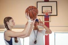 Allenatore che consiglia giocatore di pallacanestro femminile Fotografia Stock Libera da Diritti