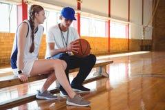 Allenatore che parla con il giocatore di pallacanestro femminile Immagini Stock Libere da Diritti