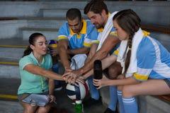 Allenatore con i giocatori di pallavolo che prendono giuramento Fotografia Stock Libera da Diritti