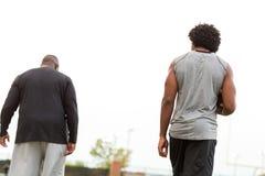 Allenatore di football americano che forma un giovane atleta immagine stock libera da diritti
