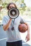 Allenatore di pallacanestro maschio facendo uso del megafono Immagine Stock Libera da Diritti