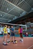 Allenatore di pallavolo che parla con giocatori femminili Fotografie Stock