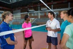 Allenatore di pallavolo che parla con giocatori femminili Immagini Stock Libere da Diritti