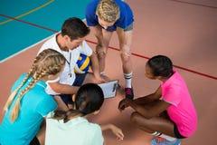 Allenatore di pallavolo che parla con giocatori femminili Fotografie Stock Libere da Diritti