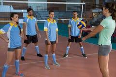 Allenatore di pallavolo che pratica con i giocatori Fotografia Stock