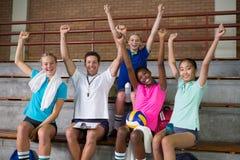 Allenatore di pallavolo e giocatore femminile divertendosi nella corte Fotografie Stock