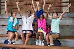 Allenatore di pallavolo e giocatore femminile divertendosi nella corte Immagini Stock Libere da Diritti