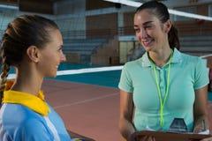 Allenatore femminile che parla con il giocatore di pallavolo Fotografie Stock Libere da Diritti