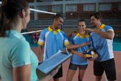 Allenatore femminile con i giocatori di pallavolo Fotografie Stock