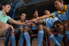 Allenatore femminile con i giocatori di pallavolo che prendono giuramento Immagini Stock Libere da Diritti