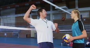 Allenatore maschio che assiste il giocatore di pallavolo 4k video d archivio