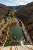 Allentare l'acqua del bacino idrico della diga in fiume Fotografie Stock Libere da Diritti