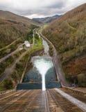 Allentare l'acqua del bacino idrico della diga in fiume Immagine Stock Libera da Diritti