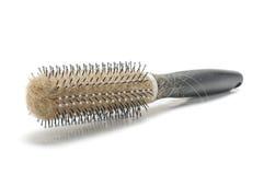 Allentare la spazzola per i capelli di concetto dei capelli con i capelli sui precedenti bianchi con copyspace Immagine Stock Libera da Diritti