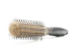 Allentare la spazzola per i capelli di concetto dei capelli con i capelli sui precedenti bianchi con copyspace Fotografia Stock Libera da Diritti