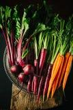 Allenti le bietole rosse e le carote su fondo scuro immagini stock