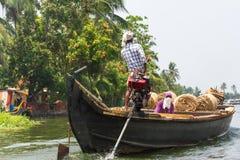 Allepey, †«31-ое марта 2015 Кералы, Индии: Индийский dwell перехода человека с рисом для шлюпок каное подпоров в положении стоковые изображения rf
