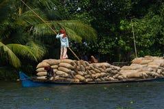 Allepey, †«31-ое марта 2015 Кералы, Индии: Индийский dwell перехода человека с рисом для шлюпок каное подпоров в положении стоковое фото rf
