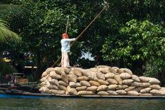Allepey, †«31-ое марта 2015 Кералы, Индии: Индийский dwell перехода человека с рисом для шлюпок каное подпоров в положении стоковое изображение
