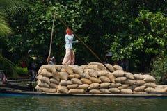Allepey, Kerala, India †'Marzec 31, 2015: Indiański mężczyzna transport mieszka z ryż dla łodzi stojącej wody czółno w stanie Obraz Stock