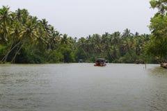 Allepey, Kerala, India, il 31 marzo 2015: Barche degli stagni Canali sul fiume nella città di Allapuzha Immagine Stock Libera da Diritti